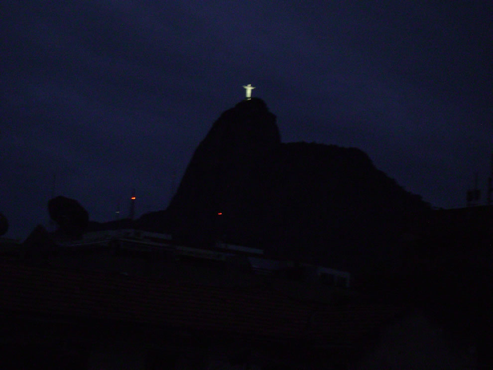 Cristo Redentor visto ao amanhecer by night helicopter