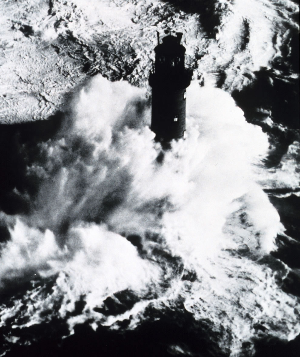 Rough weather for lighthouse keepers - Monster waves
