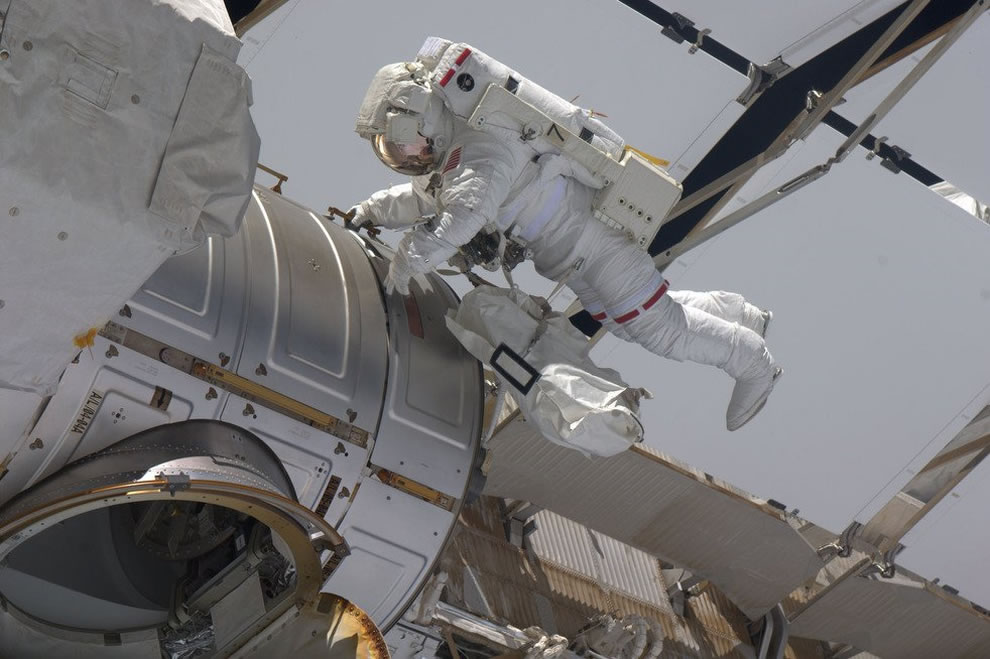 Gregory Chamitoff makes his way back to the hatch at the end the mission's first spacewalk at the ISS