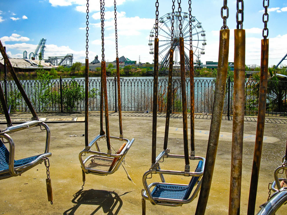 No more happy kids at defunct Six Flags swings