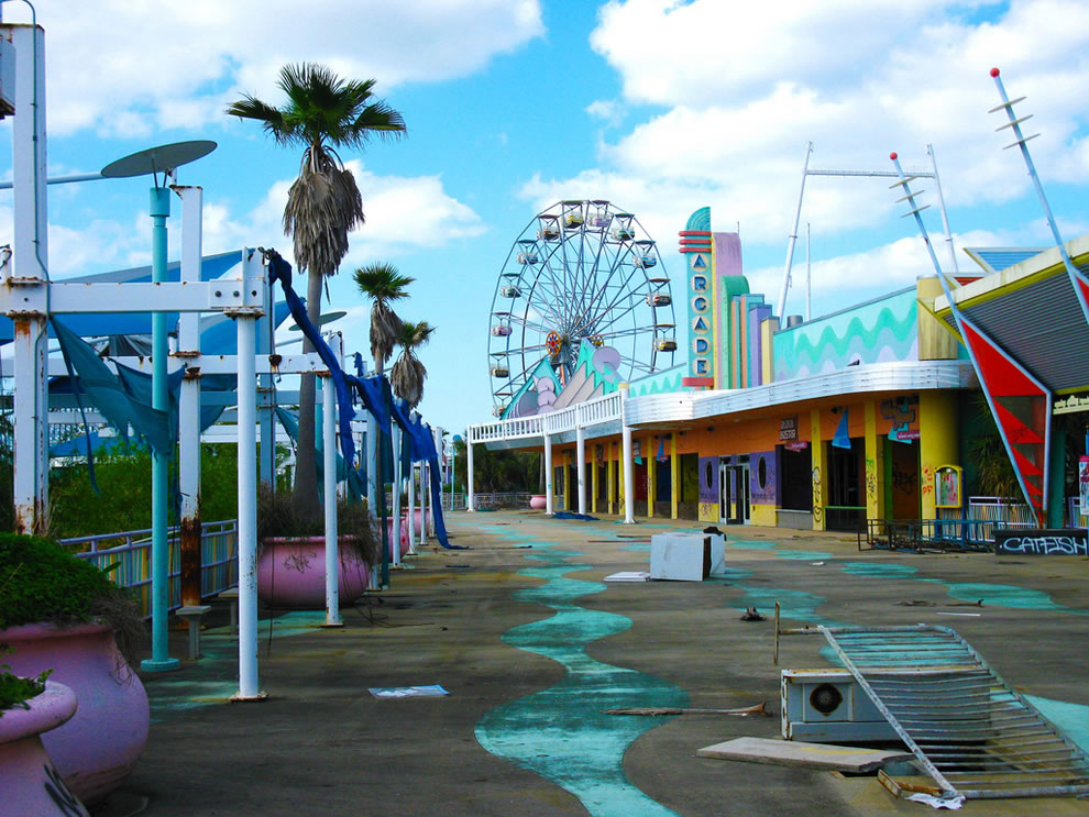 arcade &amp; ferris wheel - abandoned Six Flags New Orleans