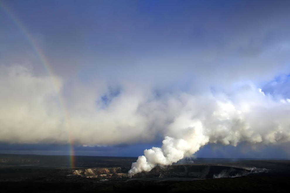 Rainbow and sulfur dioxide emissions from the Halema`uma`u vent