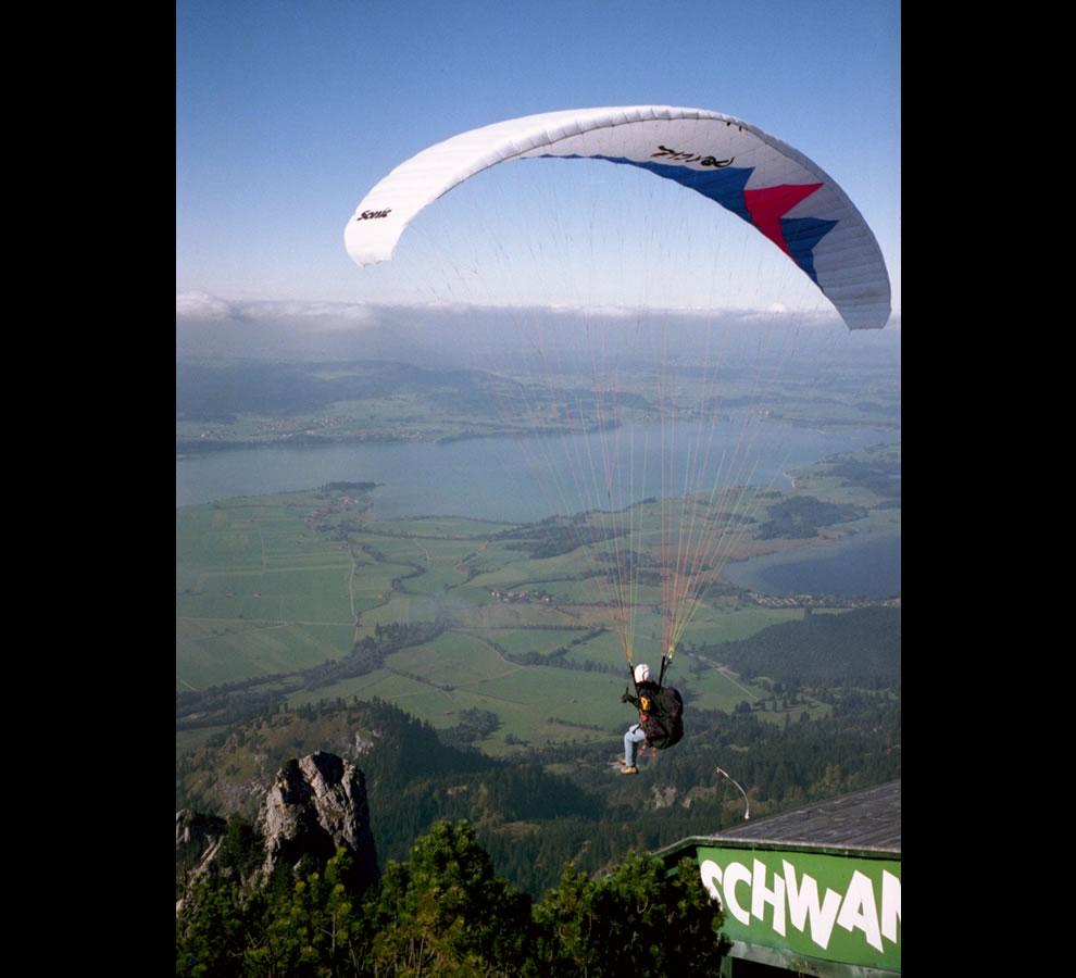 Paraglider, Tegelberg (1720 m), Schwangau, Germany