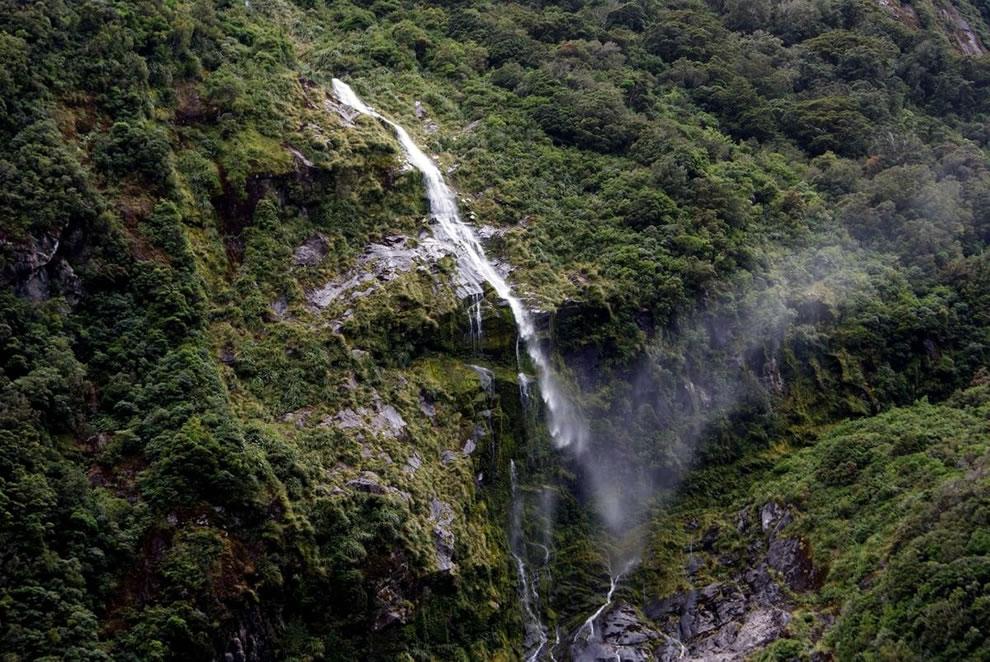 Chute d'eau en vu, Milford Sound, Nouvelle-Zélande