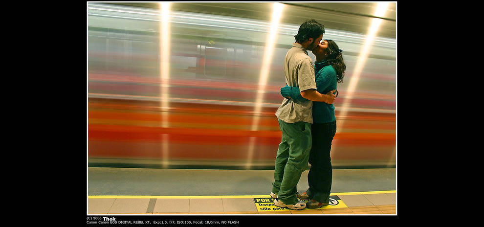 Kiss on time. Quilín Station, Metro de Chile