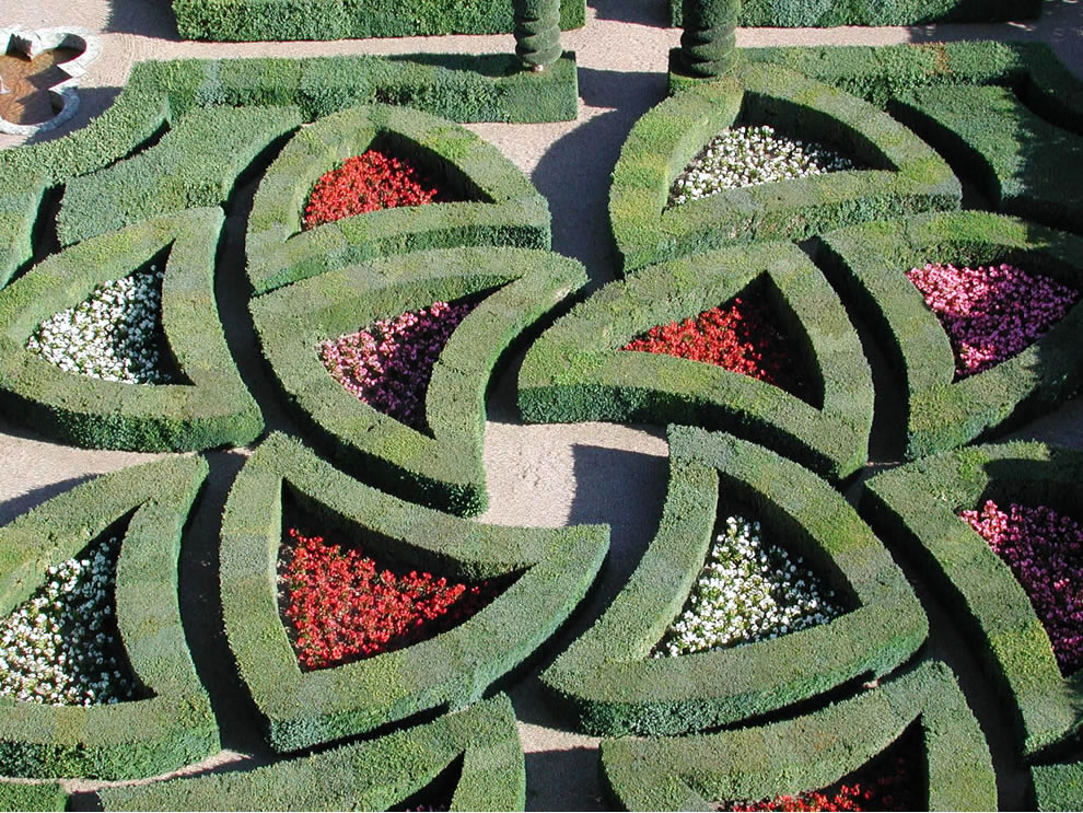 Passionate Love is also represented by the same hearts but this time, they are broken by passion. The box hedges are criss-crossed and form a maze, which also constitutes an evocation of dance