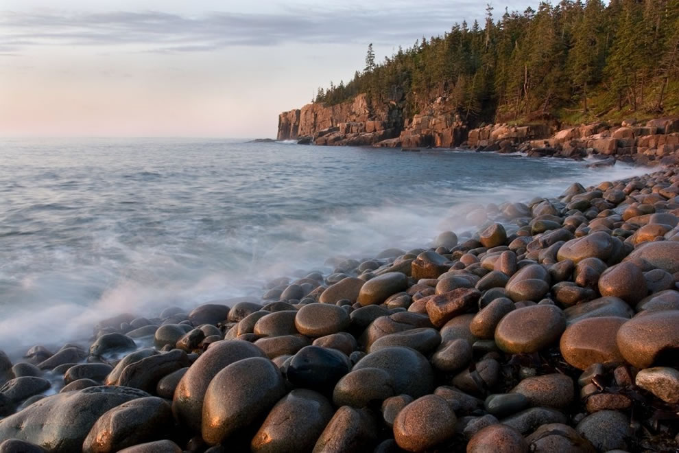 Le long du rivage du parc national Acadia dans le Maine