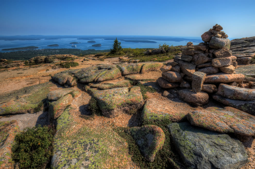 Cairns sur Cadillac Mtn surplombant Bar Harbor, Maine