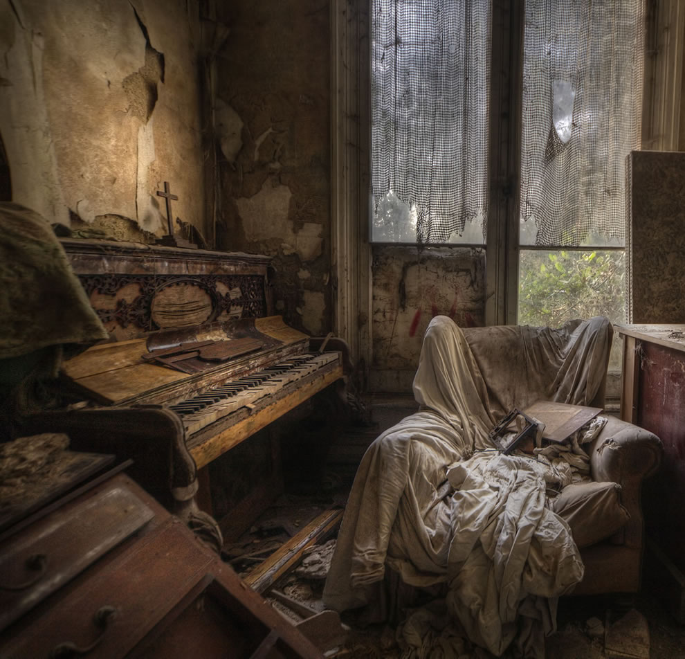 Ghost house, a real creepy room in the abandoned manor house