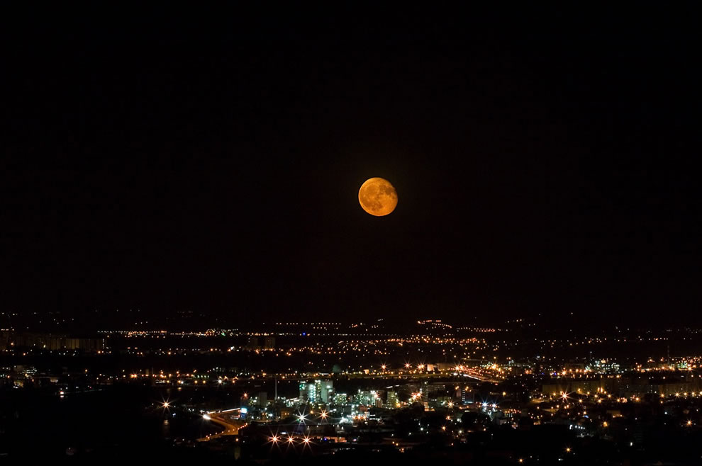 A red moon over Lyon, in France