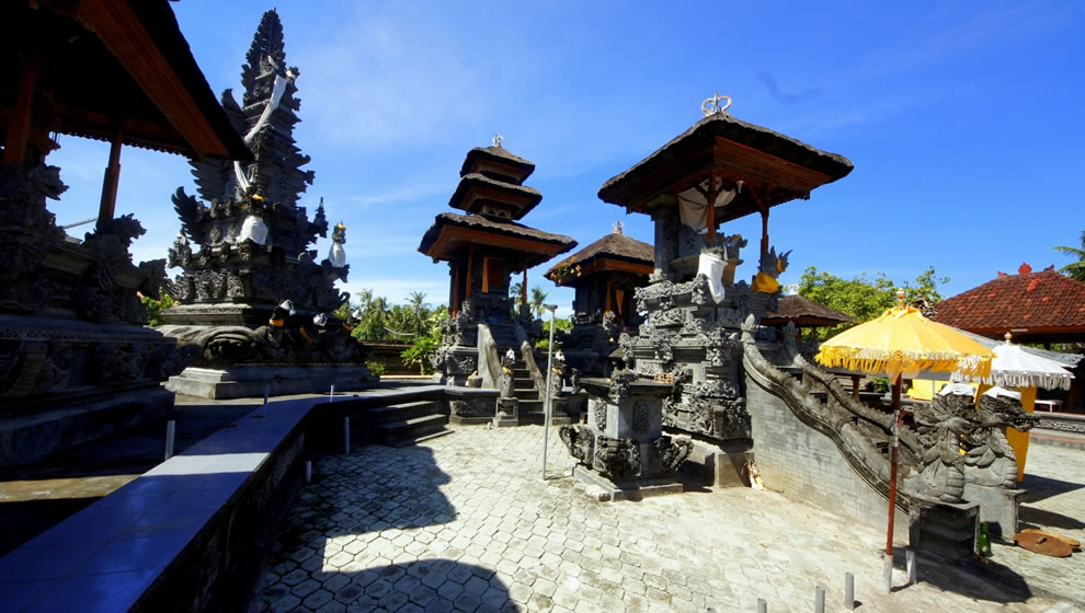 Limestone crocodiles and dragons at Pura Gede Perancak temple, one of the seven sea temples in Bali