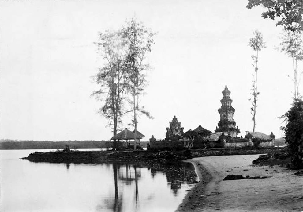 Pura Sakenan at Pulau Serengan, the Sakenan temple is one of the seven sea temples in Bali