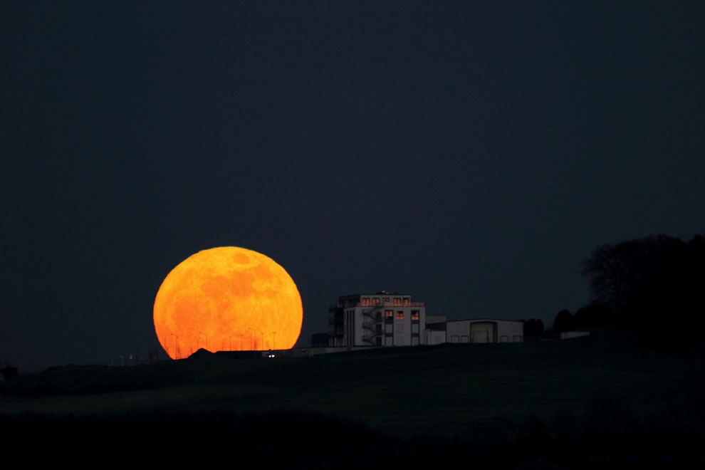 Supermoon moonrise in Schwelm, Enneptal [Germany]