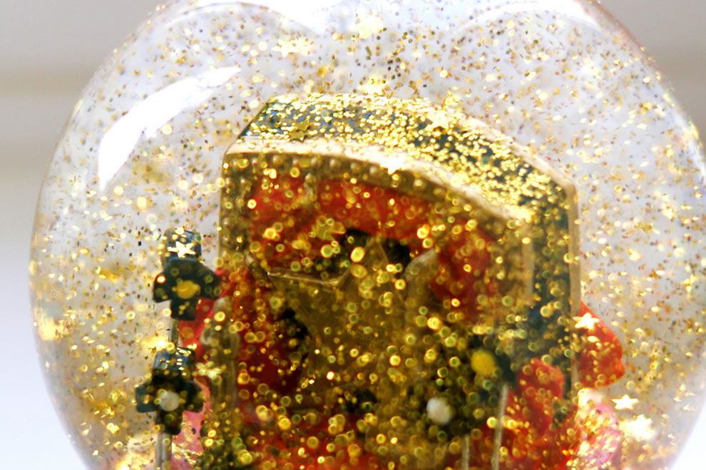 It's raining stars snow globe
