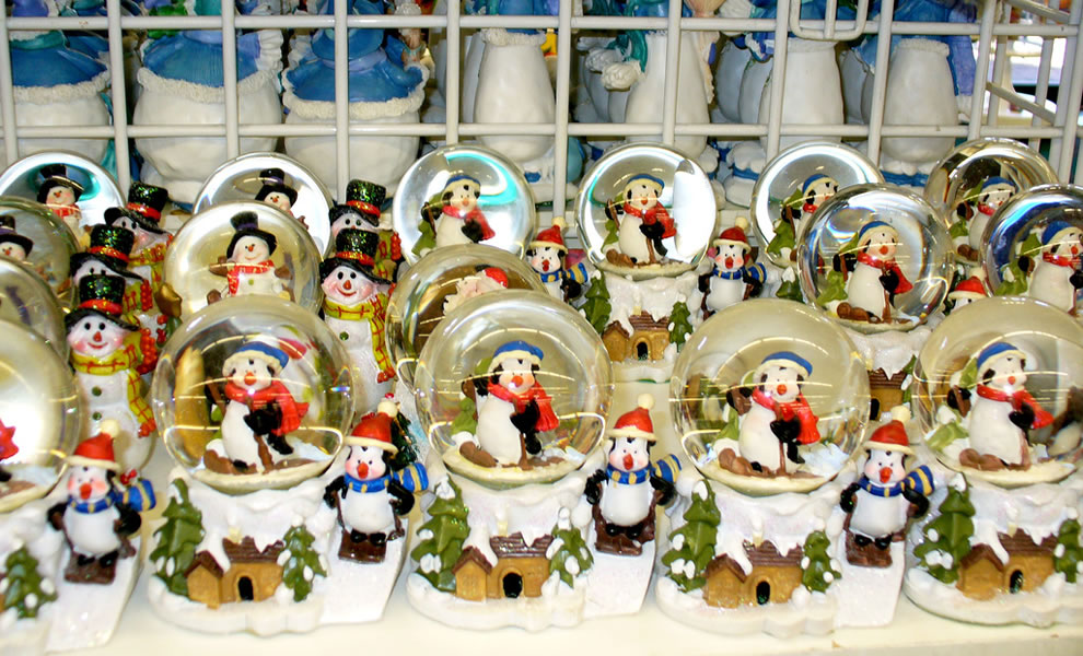 Penguin snow globes