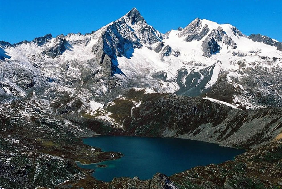 In Tibet, next to the 16,404 ft (5,000 m) Zhuo Yong Mountain is a heart-shaped lake called Zhuo Yong Cuo