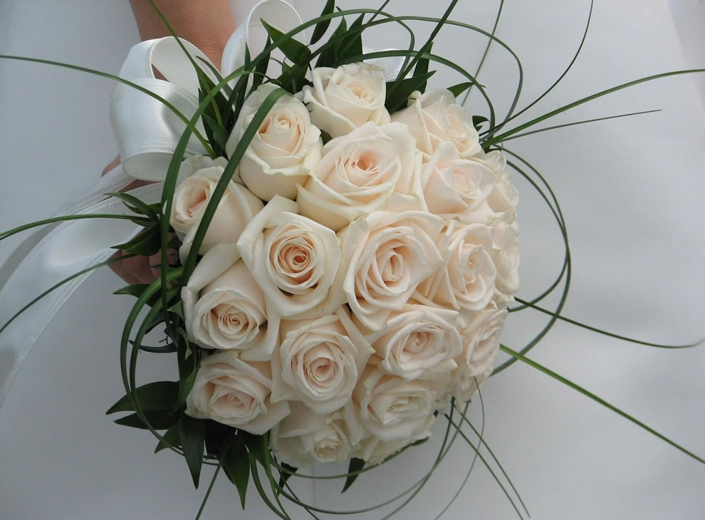 White roses as a bridal bouquet symbolizes happy love