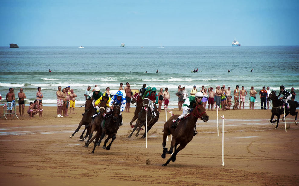 Seaside races in Spain