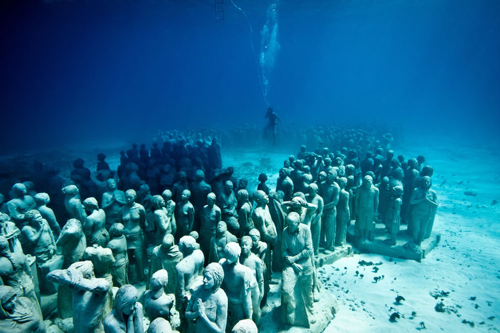 Silent evolution underwater sculpture