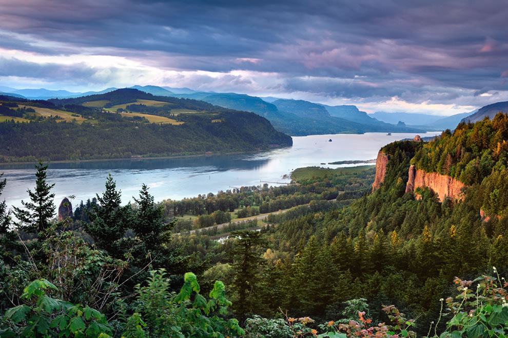 Columbia River Gorge, Columbia River Gorge National Scenic Area Vista House on right