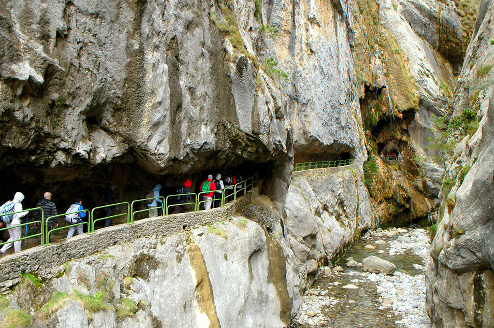 Crowd walking path through Cares Gorge