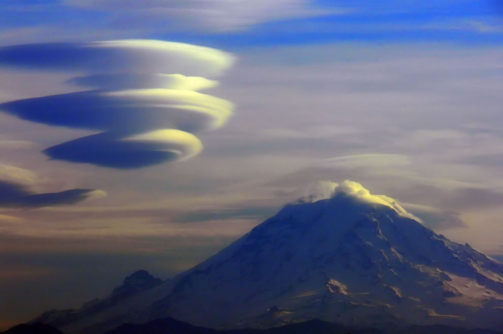 Mount Rainer and lenticular cloud