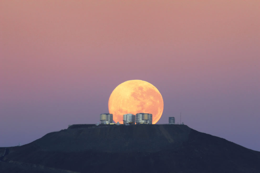 Amazing Sight on Cerro Paranal, Home of ESO's Very Large Telescope (VLT)
