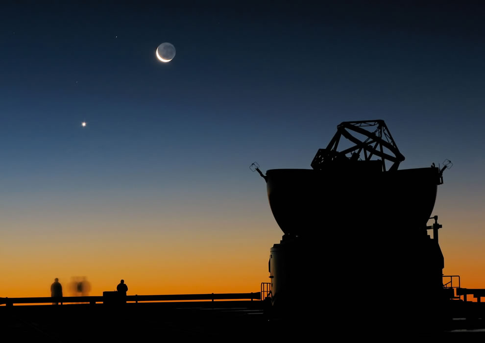 ESO - Sunset view at Paranal with Moon, Venus and an AT