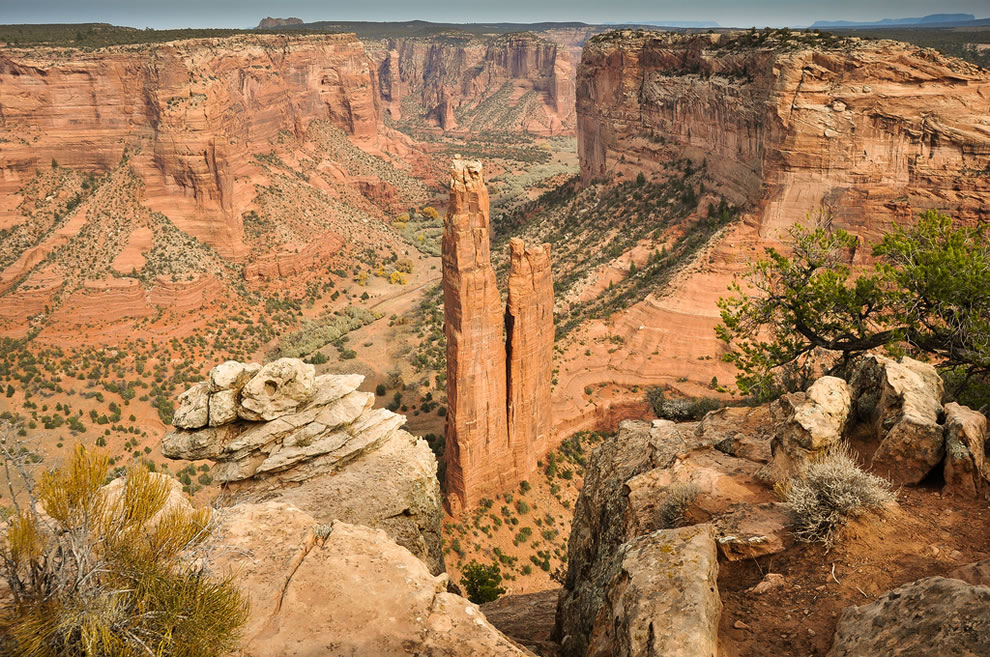 Not only are there incredible houses built into gigantic sandstone cliffs, but also features like Spider Rock in a giant split in the canyon