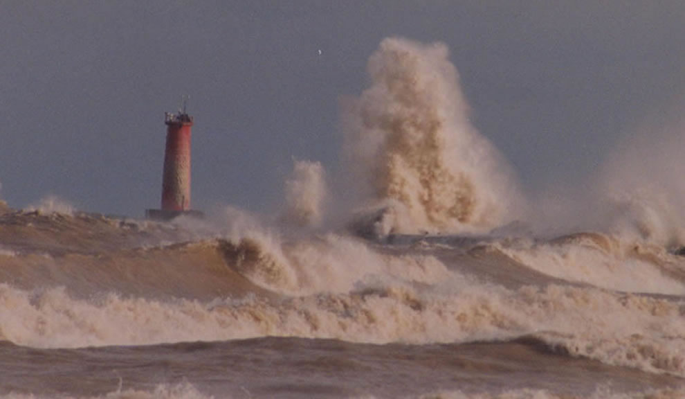 Sheboygan Lighthouse (NOAA Station SGNW3) ferocious waves