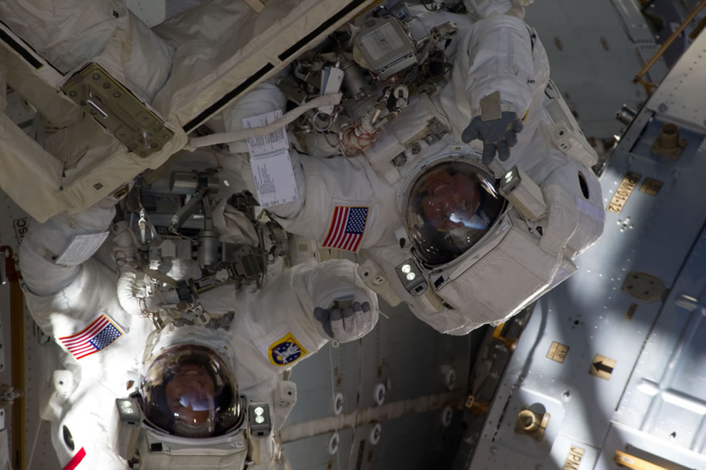 Endeavour STS-134 Spacewalkers waving