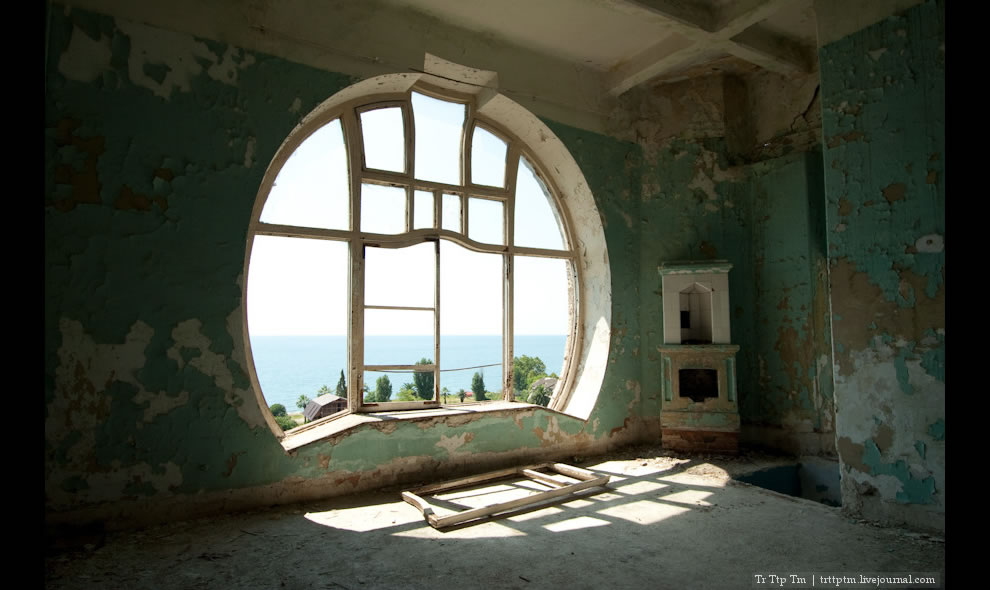 Prince of Oldenburg Castle, The Seagull, abandoned and rotting ruins