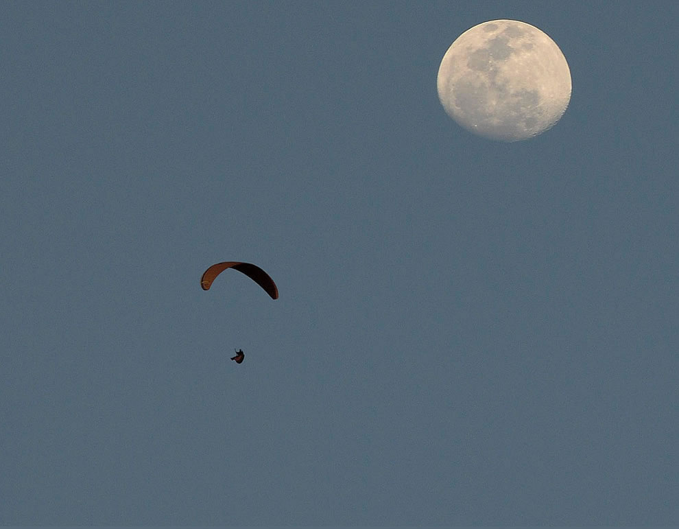 Paragliding - Fly To Moon