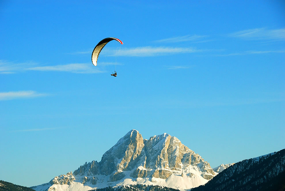 Red Bull X-Alps-athlete Andy Frötscher while flying in front of the 'Peitlerkofel'