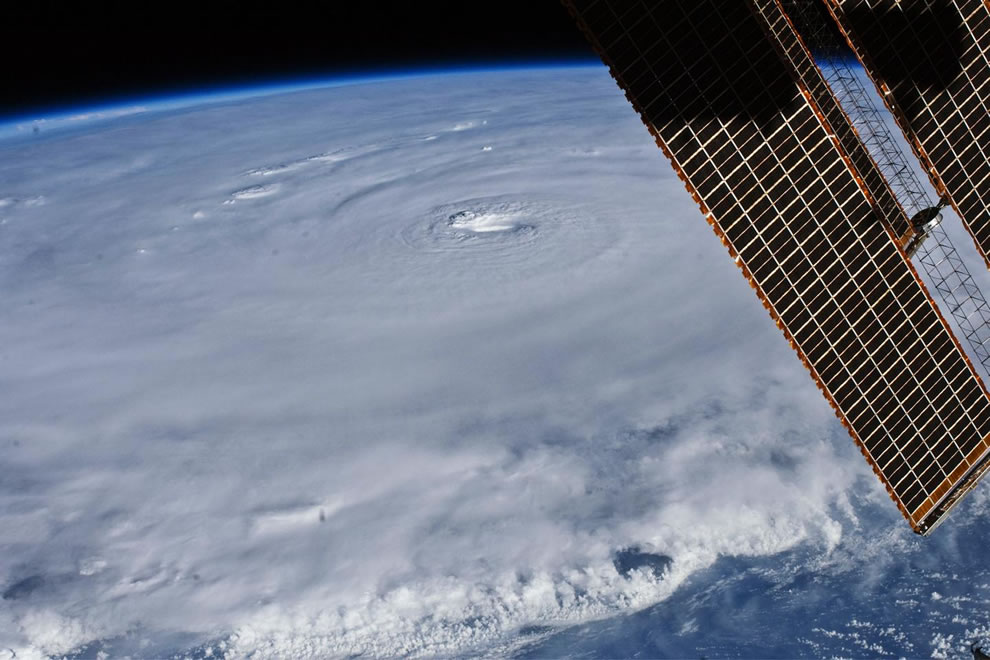 Hurricane Earl, eye, spiral bands, sea surface from ISS - The Astronaut View