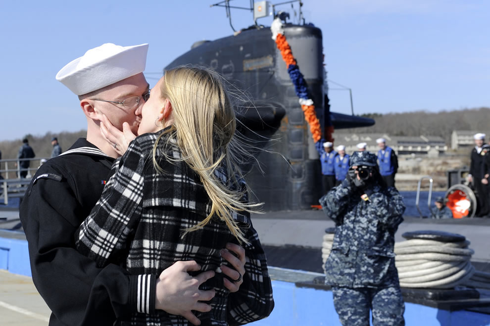 Submariner receives the 'first kiss' after returning from deployment