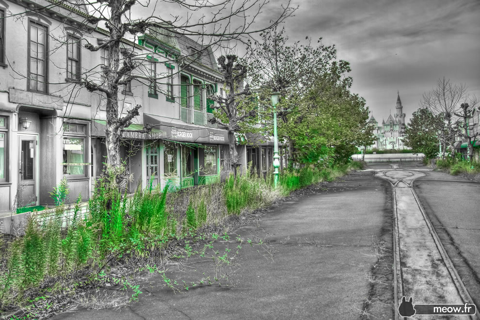 High noon abandoned Main Street Nara Dreamland haikyo