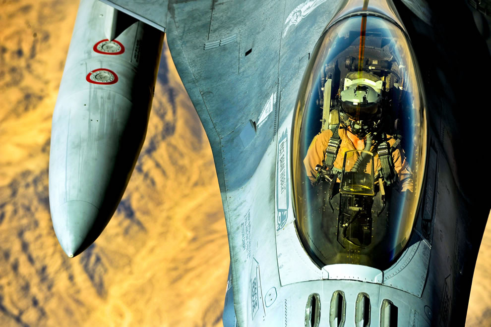 A U.S. Air Force F-16 Fighting Falcon receives fuel