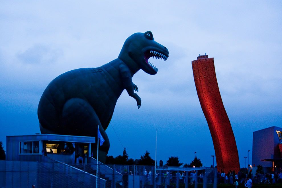 Balloon festival Groningen -- T-Rex vs the 37 meter high Klimcentrum Bjoeks climbing wall