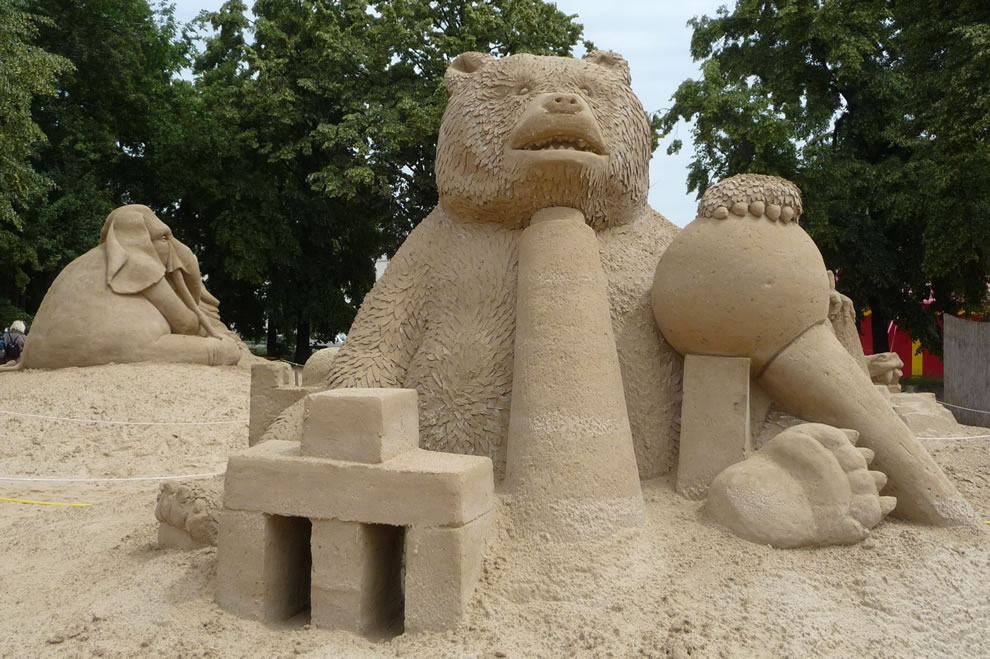 bear and elephant sand art in berlin