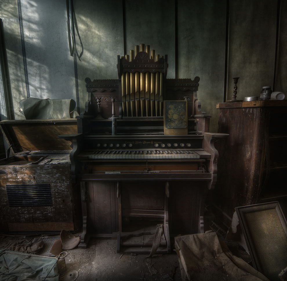 The Organist at an abandoned manor house, a step back in time