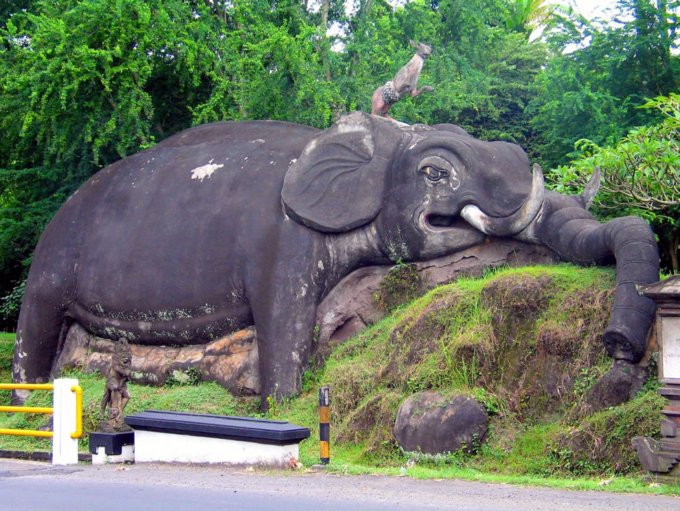 Huge elephant statue at entrance of Goa Lawa