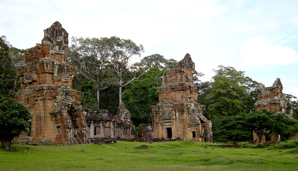 Prasat Suor Prat is a series of 12 towers in Angkor Thom near the town of Siem Reap