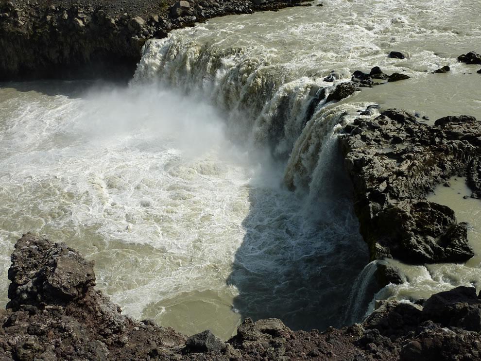 Raging Þjófafoss muddy waterfall