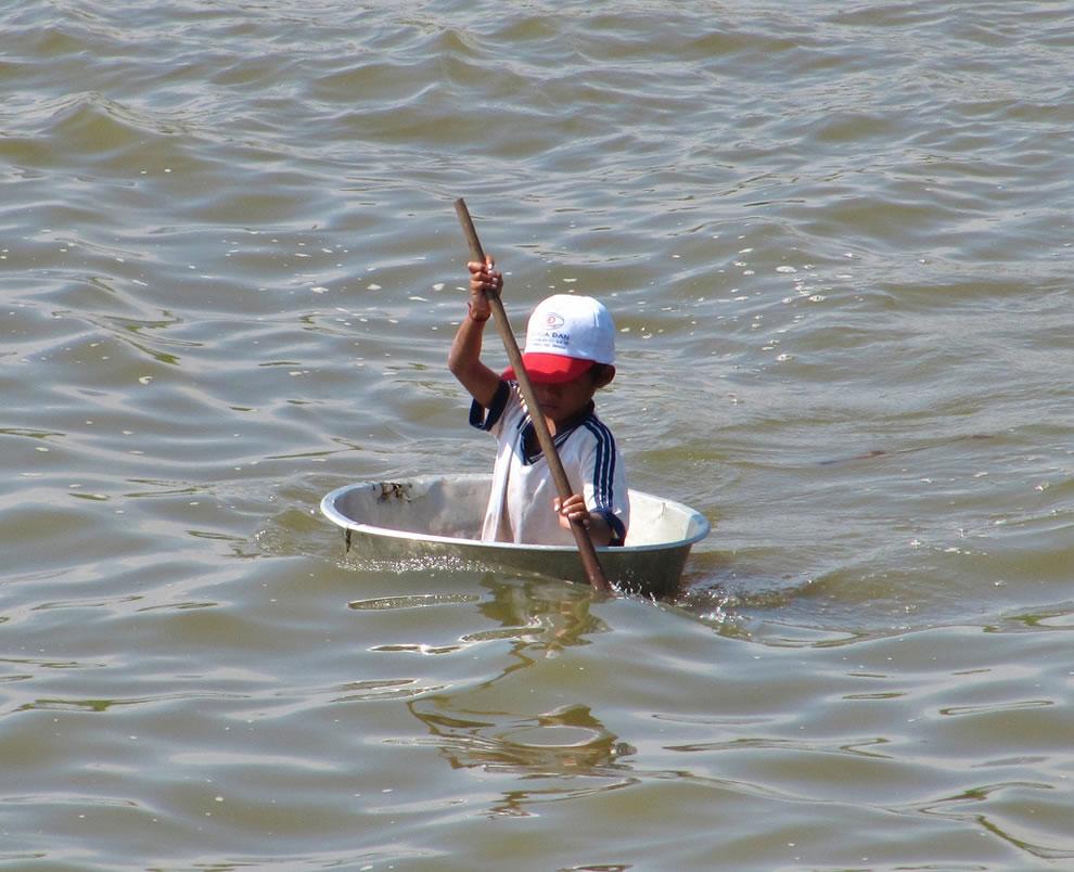 Tonle Sap - boy rowing in a bath tub