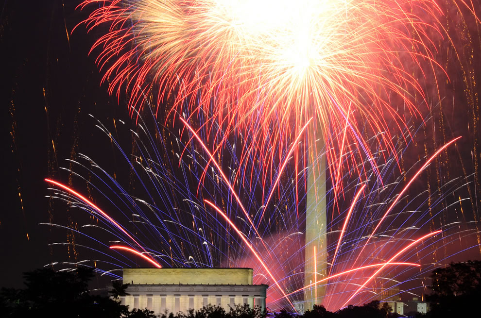 Fireworks in front of the Lincoln Memorial and Washington Monument