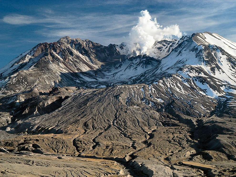 Mount St. Helens National Volcanic Monument - Mt St Helens steam plume