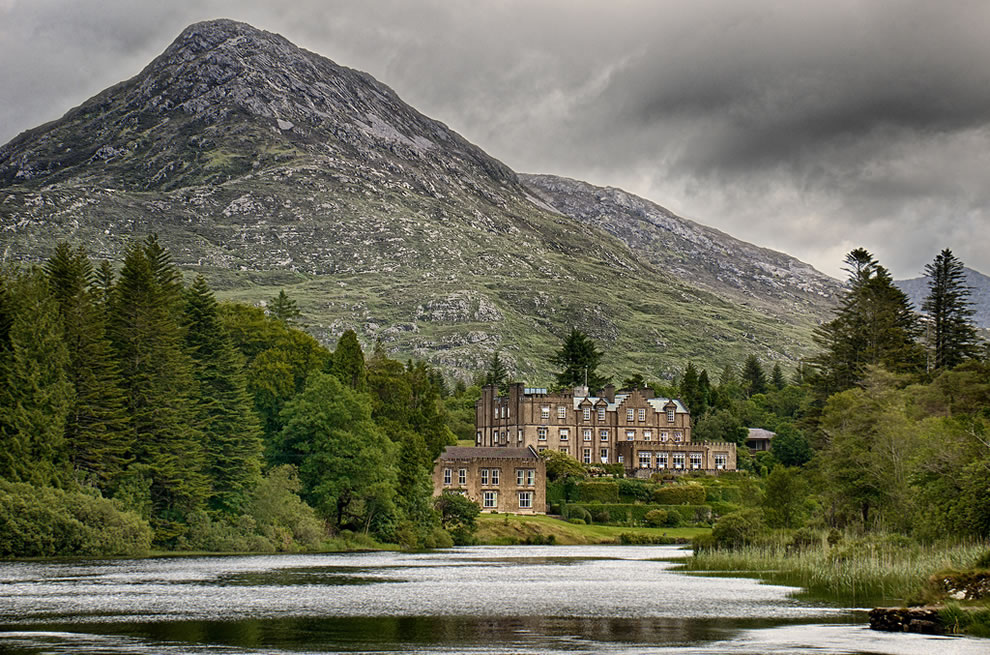 Ballynahinch Castle with easy access to Twelve Bens Mountains and Connemara National Park