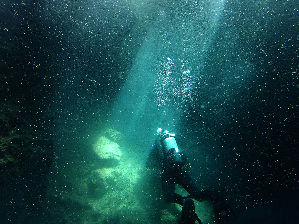 Cave diving in Florida, setting the cavern line