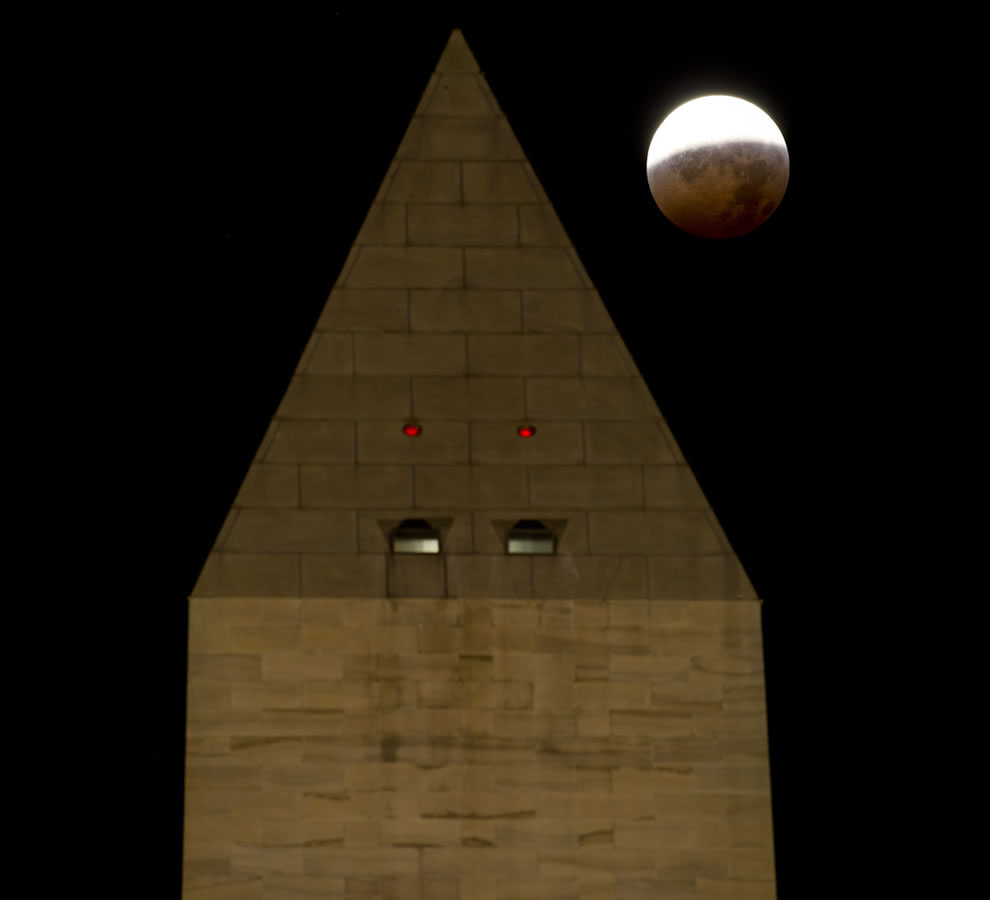 Total Lunar Eclipse over the Washington Monument, December 2010